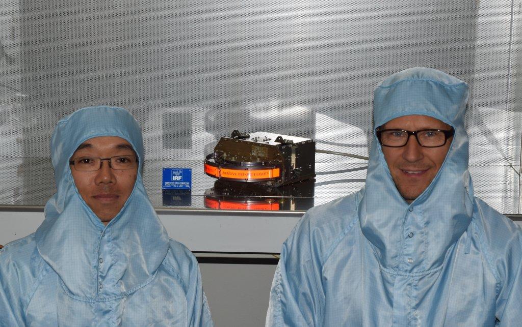 Sensorn JNA (PFM) före leverans. Manabu Shimoyama, forskare och Stefan Karlsson, forskningsingenjör. Foto: Philipp Wittmann