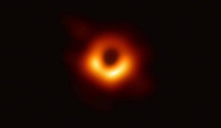Skruvad rymdradiostrålning upptäckt – avslöjar unika egenskaper hos svarta hål