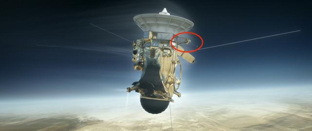 Rymdfarkosten Cassini med ett svenskt instrument ombord (i röd cirkel) passerade Saturnus atmosfär (bild: NASA)